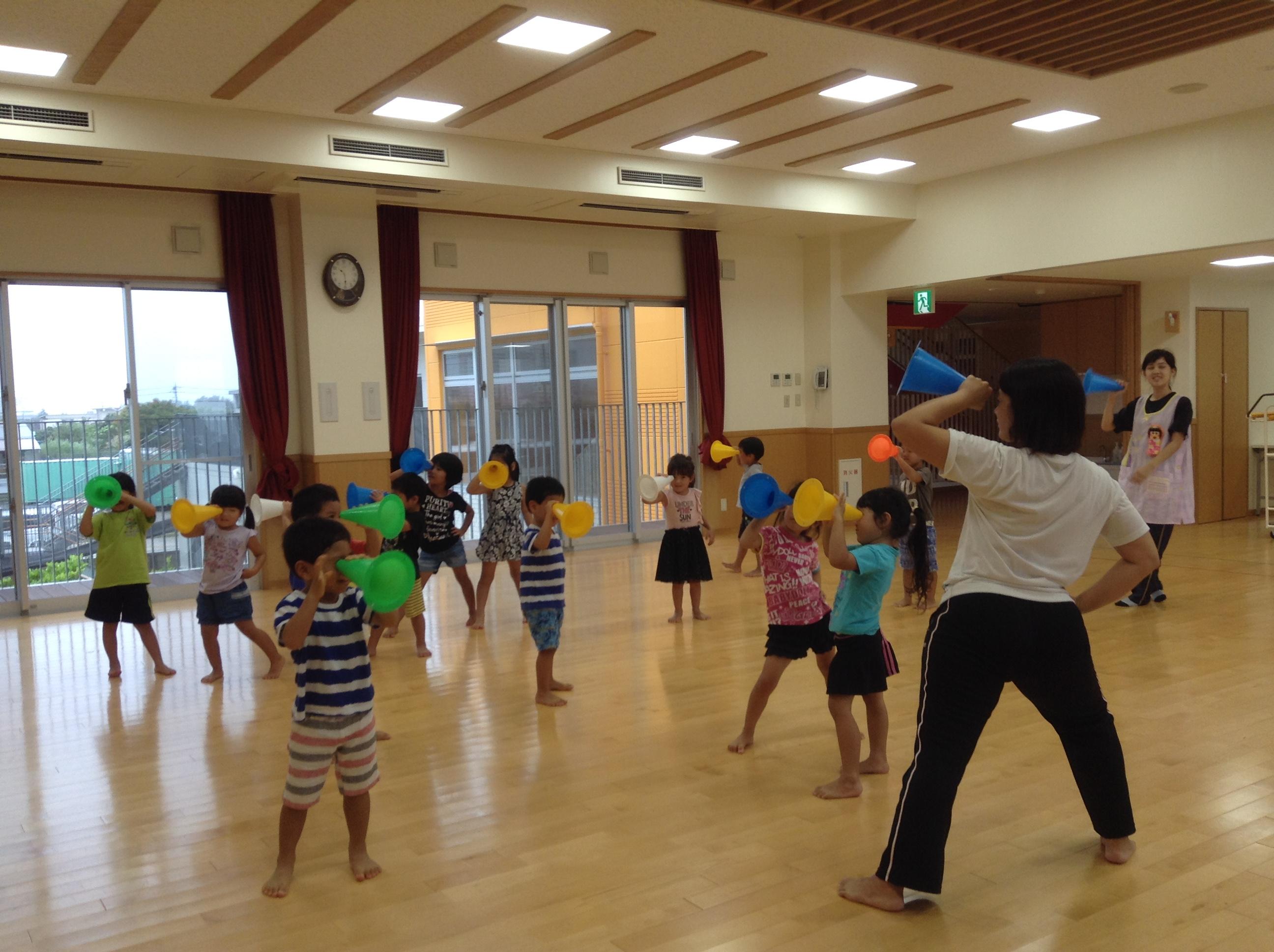 クラス競技では、「ひょっこりひょうたん島」の曲に合わせてダンスを踊り、競技に入ります(●^o^●)子ども達のノリノリ姿に注目です💖