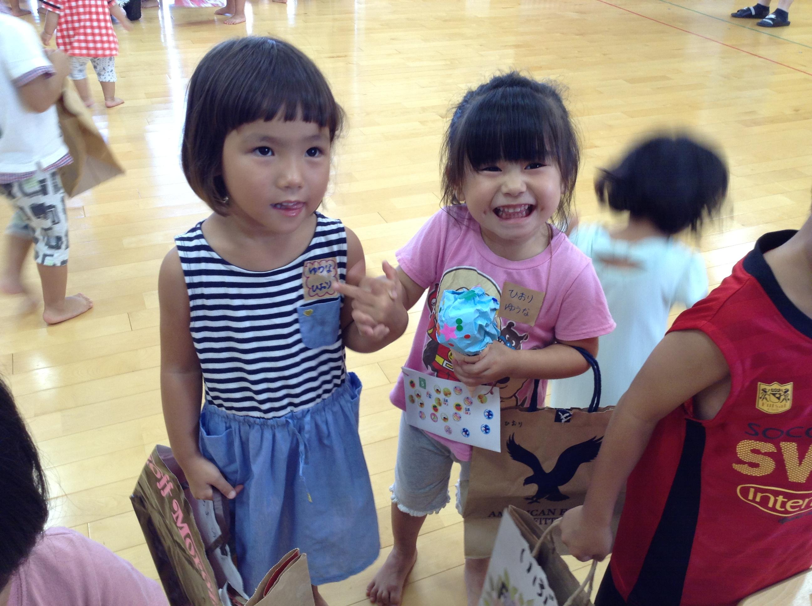 お姉ちゃんとお買い物たのしいなぁ~!!アイスクリーム買ってもらったよ!!\(^o^)/