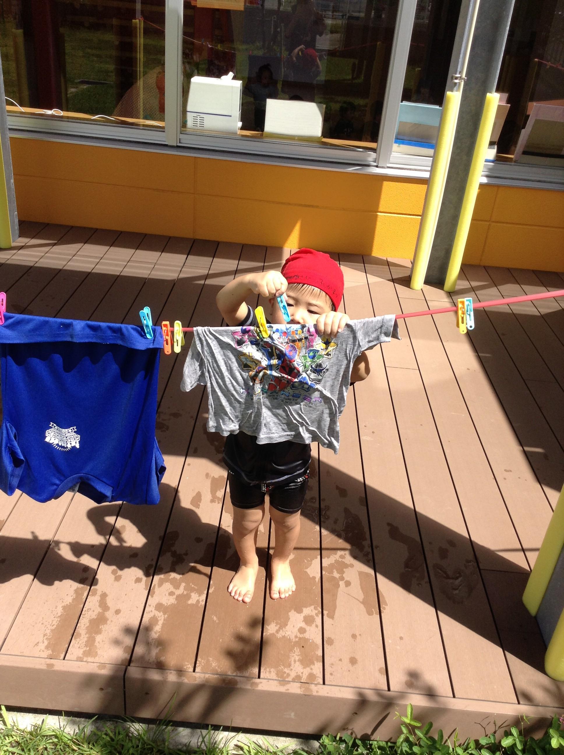 """洗濯ごっこで自分のシャツを洗ったよ♪""""お日様に乾かしてもらうよ~☺"""