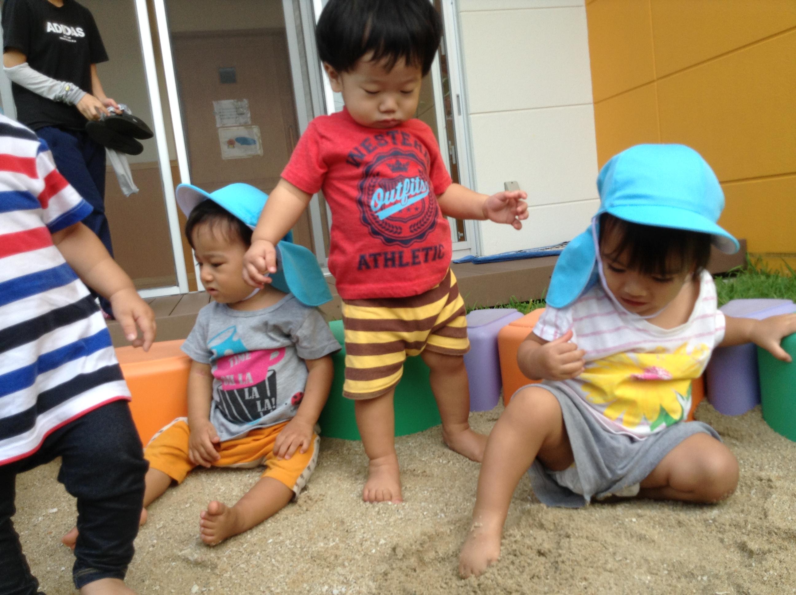 砂遊び💛砂の感触を嫌がる子が多かったですが、慣れてくると砂を手に持ち楽しんでいましたよ☺